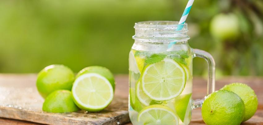 20 razones para beber agua con limón en la mañana